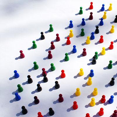 Spielfiguren symbolisieren Gesellschaft (c) Stephanie Hofschlaeger/PIXELIO