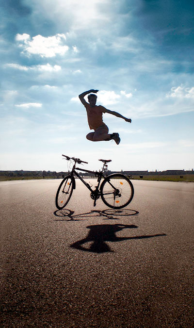 Sprung übers Fahrrad am Flughafen Tempelhof