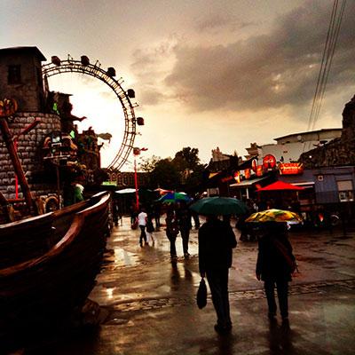 Regen im Wiener Prater, Regenschirme, Riesenrad, Atmosphäre