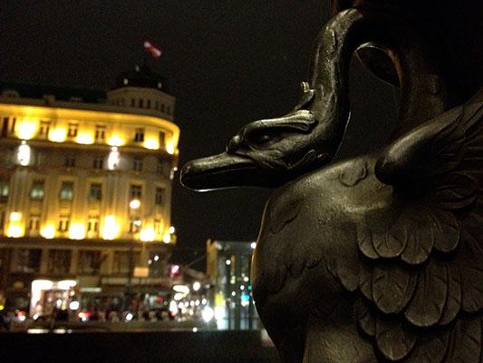 Schwan neben der Wiener Oper mit Blick auf die Ringstraßengalerien