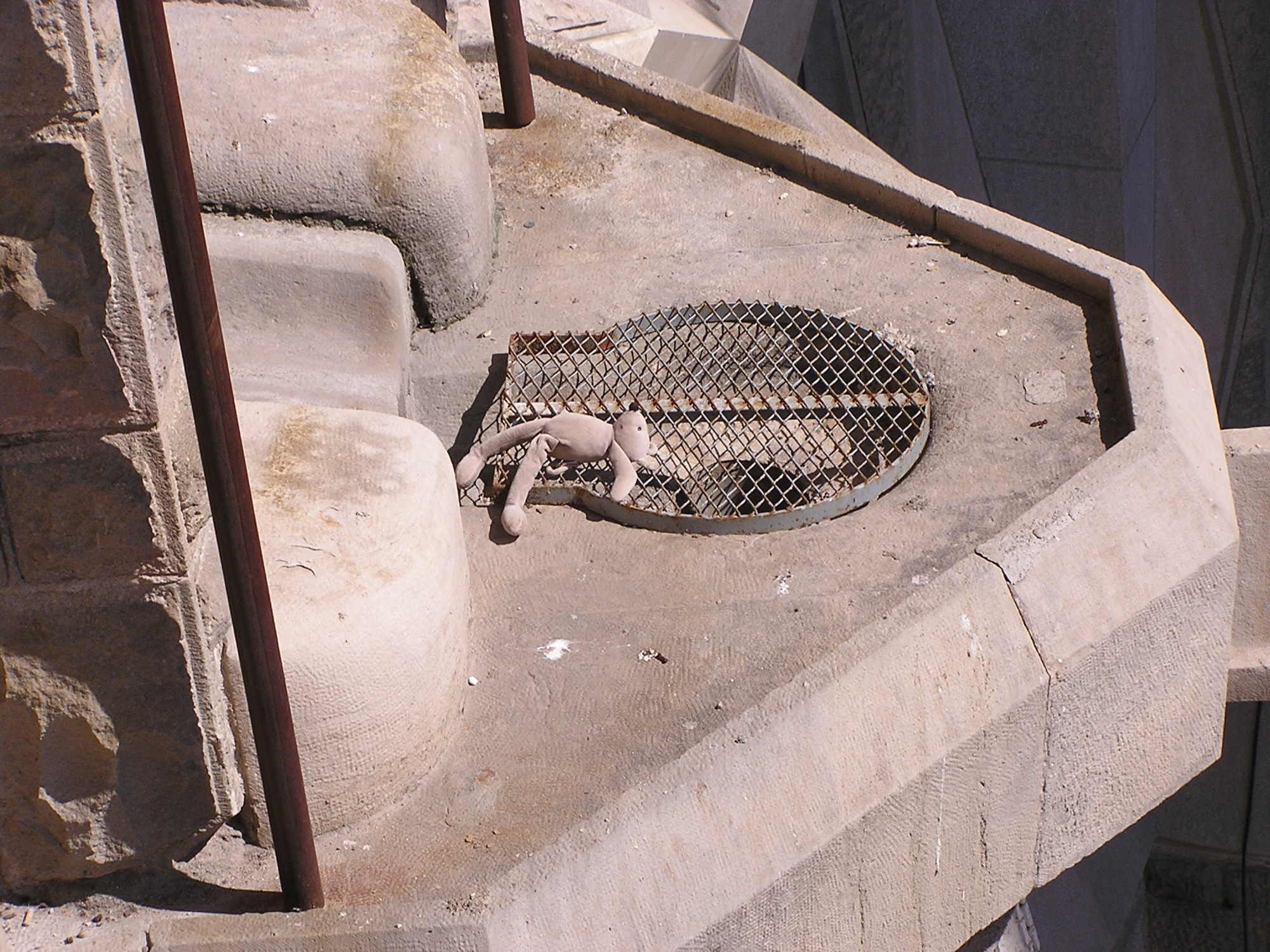 ein Vorsprung an der Fassade der Sagrada Familia, dort liegt ein verlassener Teddy
