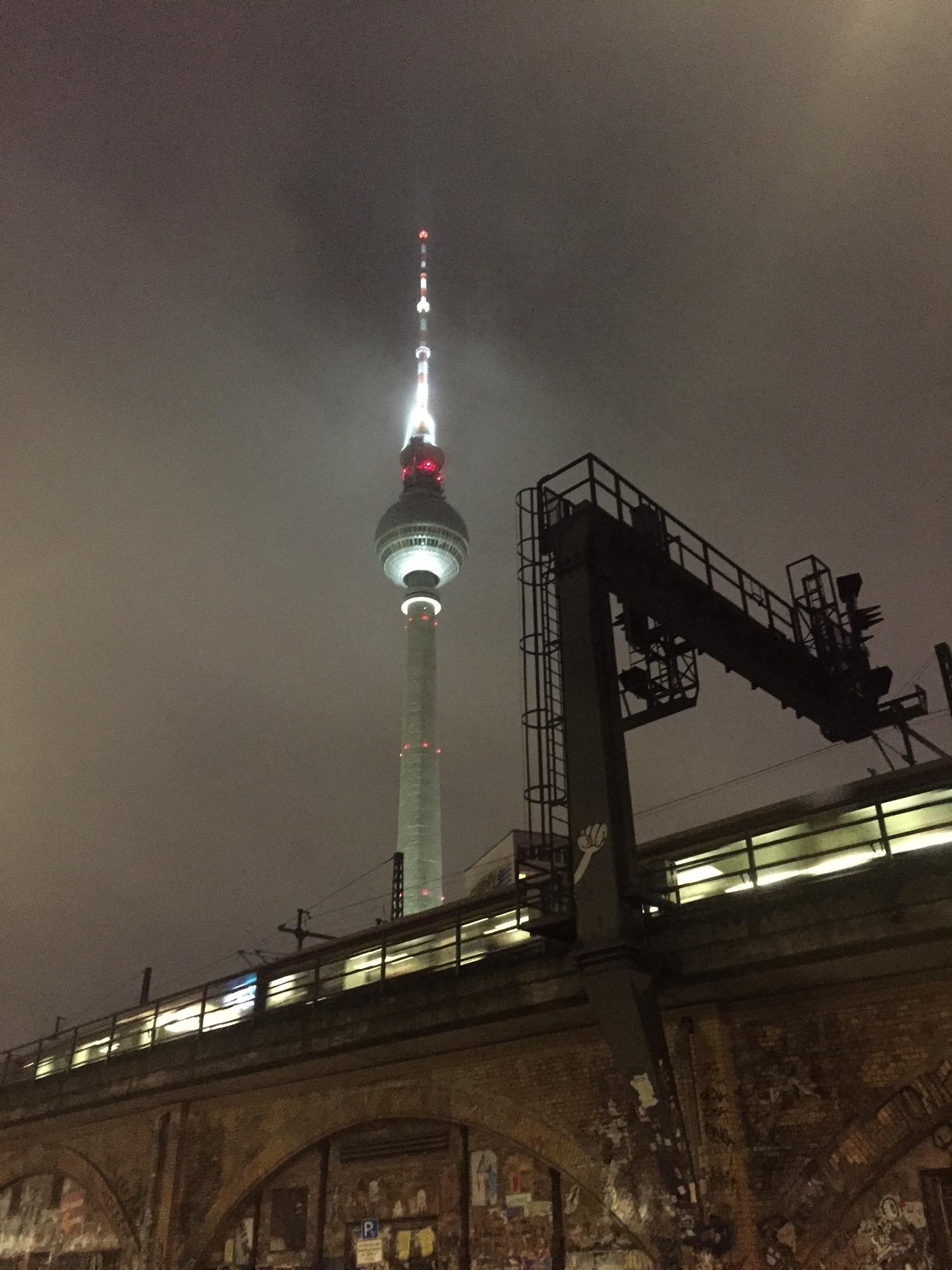 Fernsehturm Alexanderplatz Berlin Abend bewölkt